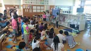 係りの児童が健康観察の仕方を説明しています