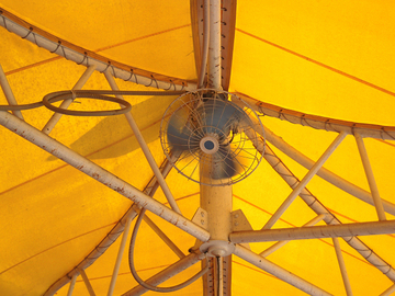 テント天井の扇風機