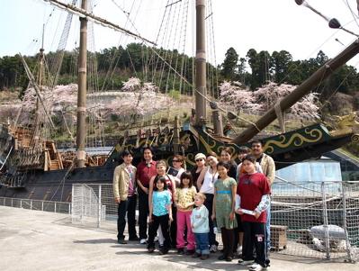 サン・ファン館、大きな木造の帆船に触れる