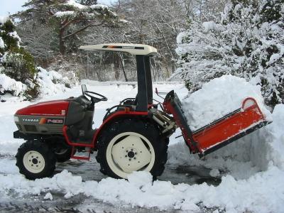 すごい雪でトラクターを出動しました。