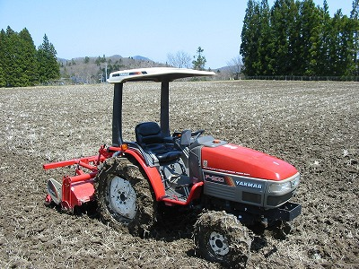 2度目の肥料散布と田起こしがんばりました。