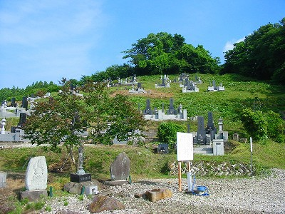 昨日は共同墓地の草刈り作業をしました。