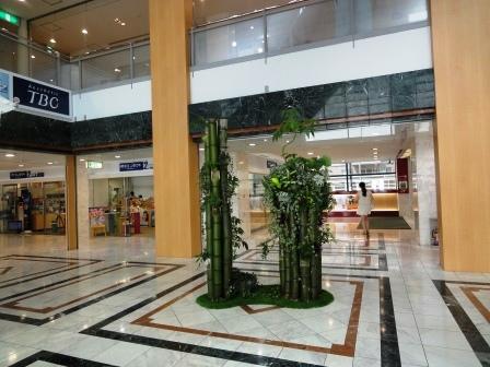 竹飾りを中央吹抜けに設置しました!