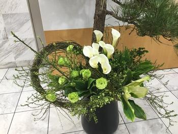 エントランス前に生けたお花が、地域で話題になっています!