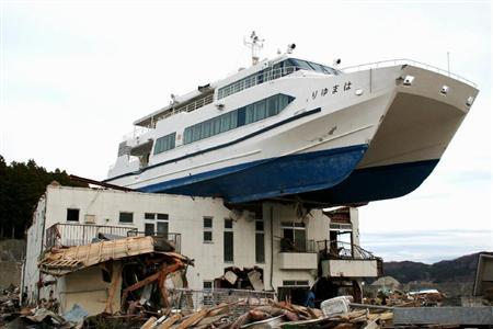 コロの地震情報!民宿の上の遊覧船は。。。