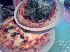は~い、ピザです。