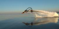 ジェット噴射で自在に泳ぐ「FLYBOARD」