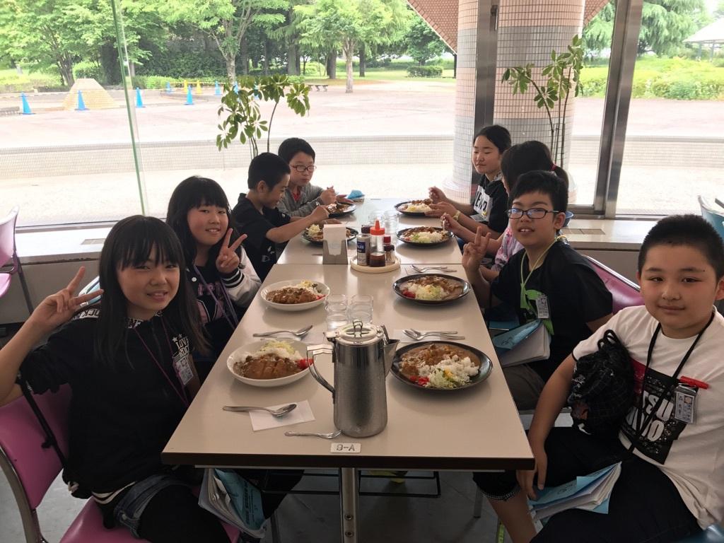 お昼ご飯は大盛りカツカレー!!