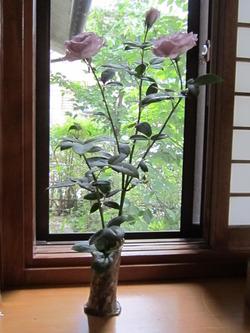 花器とバラ