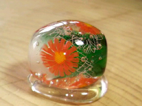 ガーベラっぽい花のとんぼ玉