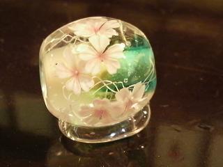桜模様のとんぼ玉とストライプカエル玉