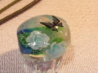 薔薇と蝶のとんぼ玉