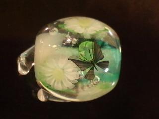 ガーベラと蝶のとんぼ玉