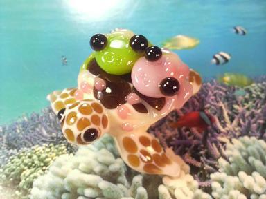 とんぼ玉 『ラブラブかえる、海中遊泳』
