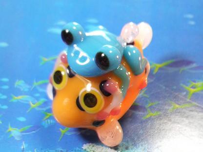 とんぼ玉 『かえる、海で遊ぶ』