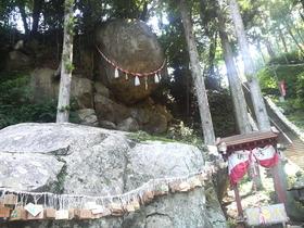 落ちそうで落ちない・・・釣石神社