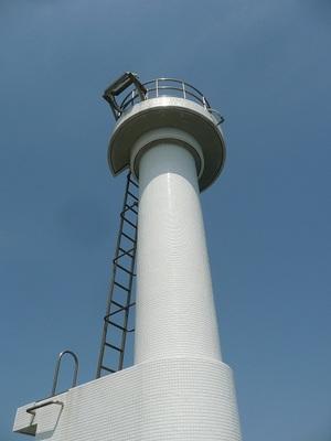 白灯台の下で