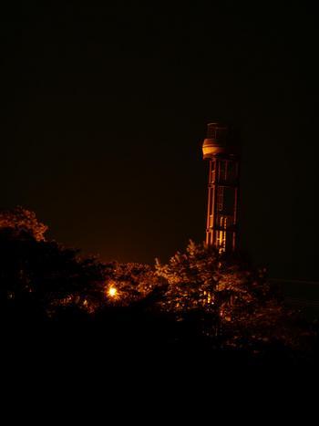 夜の貯水塔