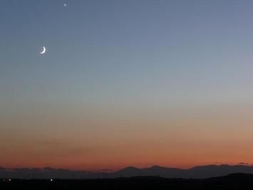 夕焼けと月