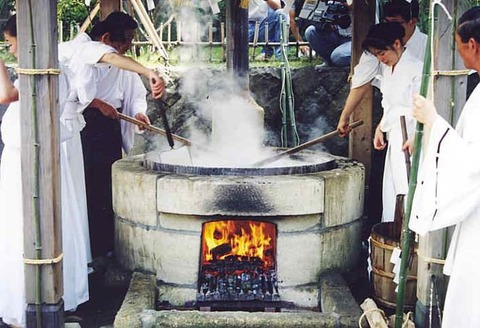 鹽竈神社境外末社御釜神社で【藻塩焼神事】が行われます
