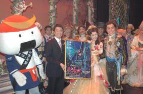 むすび丸と宮城県知事が劇団四季「美女と野獣」を激励