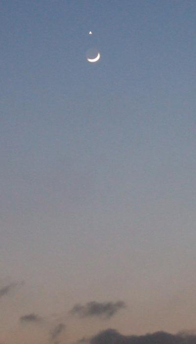 西の空で金星と三日月が ・) ←こんな感じにならんでる。