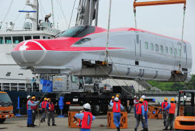 秋田新幹線こまちの新型E6系が仙台港へ陸揚げ。
