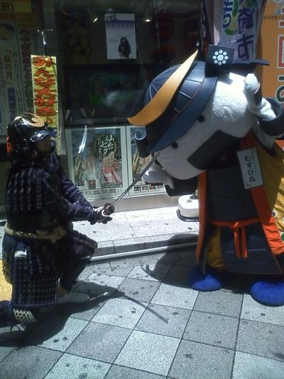 甲冑武者と勝負&白刃取りをするむすび丸(提供:すずじまん様)