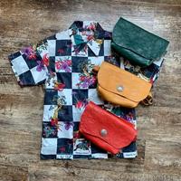 派手柄x派手色。アロハシャツにはカラフルなバッグを合わせて。
