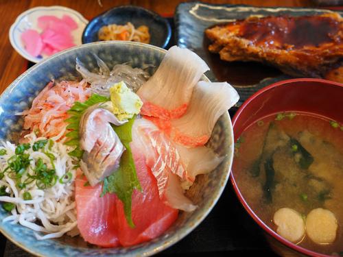 清水地魚丼を食べながら