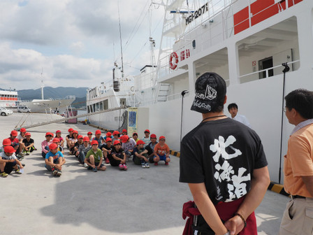 船内探検の子供たち