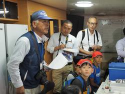 面瀬小学校のマグロ船見学会
