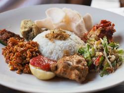 インドネシア料理を頂きながら