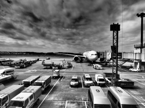 成田空港から海外基地へ
