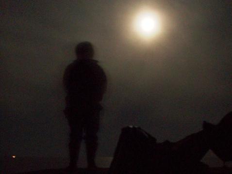 月夜の海に浮かぶは白い影