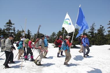 市旗と登山隊