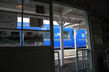 小坂駅 改札から