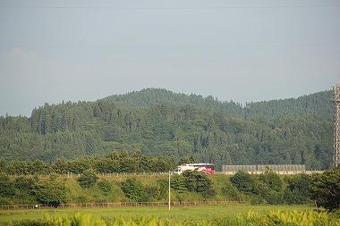 田んぼの中を走る東北自動車道