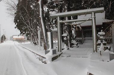 県道と猿賀神社