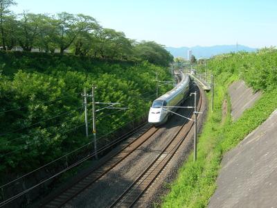 新緑の中を走る 山形新幹線 つばさ