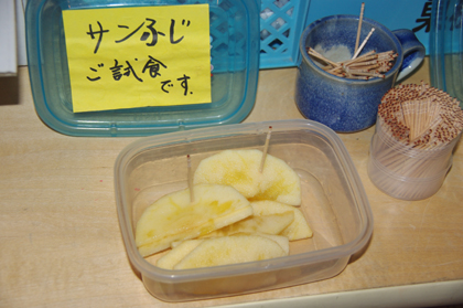 あま~い蜜がつまったリンゴの直売コーナー!