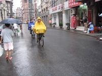 雨の上海と雨カッパ族